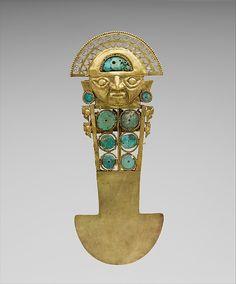 2/ LAMBAYEQUE-SICÁN - Couteau cérémoniel ou Tumi, 33cm de haut, or martelé et incrustations de turquoise. 10-11e siècle, culture sicán (750 - 1375). MET, 1991.419.58. 4 oiseaux de profil, liés à la mythologie, à la mer, au prestige, et à l'abondance. Le visage du héros mythique Naymlap : bouche schématique en relief, yeux en forme de virgule, oreilles pointues, larges BO, coiffe évasée et imposante avec une partie pleine incrustée et une partie en demi-lune ajourée de triangles et de…