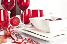 Dispón tu mesa con utensilios de color rojo. Combínalos con una vajilla blanca, se verán hermosos.