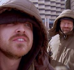 Aaron Paul (Jesse Pinkman) and Bryan Cranston (Walter White) on the set of Breaking Bad. Serie Breaking Bad, Breaking Bad Jesse, Aaron Paul, Movies And Series, Tv Series, Better Call Saul, Netflix, Jesse Pinkman, Bryan Cranston