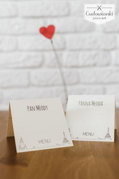 Place card and menu with small Eiffel Tower and The Palace of Culture and Science. Polish - French Love! | Winietka i menu w jednym - dekoracje ślubne z Wieżą Eiffle'a i warszawskim Pałacem Kultury i Nauki.
