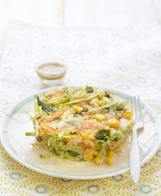 Picar la cebolla muy fina, rallar la zanahoria y cortar la col muy fina. Escaldar las judías verdes. Hervir la quinoa con dos partes de agua durante 10 minutos y a fuego lento. Mezclar en un bol todos los i...