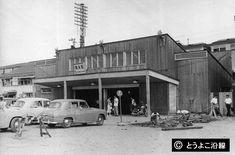 三代目横浜駅 1955(S30) 現在の西口。西口は「裏口」と呼び、米軍に接収されていたため開発が遅れ、さびしい所でした。ホームに停車中の電車は東横線の電車。