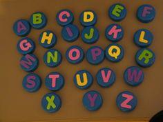 Ateliers autonomes: manipulation des lettres de l'alphabet (bouchons en plastique)