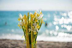 HILLEGOM - Groen en bloemen zijn natuurlijke sfeermakers. Zet een mooie bos lelies, gladiolen, calla's of irissen op tafel en je interieur begint te leven. In deze tijd van het jaar kun je helemaal losgaan: zo veel kleuren, vormen en geuren. Net als in de natuur kun je bloemen bijna lukraak met elkaar