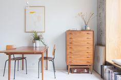 Modern trifft Midcentury: Die dänischen Teakmöbel tun Trines sonst so coolem Look gut, da sie dem durch Weiß und Grau dominierten Zimmer Wärme und...