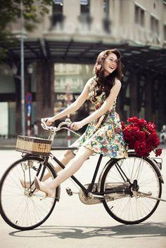 Hoa hậu Đặng Thu Thảo yêu kiều bên xe đạp