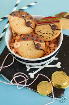 Funny Pirate Biscuits - for our Pirate Kids Birthday - Kinderfest - kuchen kindergeburtstag Birthday Cakes For Men, Cakes For Boys, Pirate Birthday Cake, Biscuits Pirates, Ree Drummond, Pirate Cookies, Kids Meals, Easy Meals, Pirate Kids