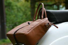 Auch die schicke Handtasche wird mit crozzfix einfach und oberflächenschonend befestigt!