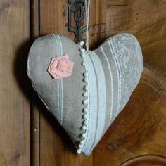 Coussin de porte - coeur à suspendre - fait main - toile à matelas - dentelle ancienne. Confectionné par Cannelle fil et tissu