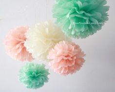 pompons en papier couleur menthe et pêche pour décoration de salle