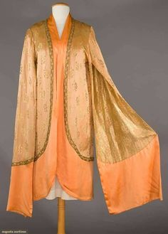 Kittyinva: Callot Soeurs evening coat of light peach satin with gold lame blossom motif, a dark peach charmeuse hem band and exaggerated long sleeves. From Augusta Auctions. Vintage Coat, Mode Vintage, 1920s Fashion Women, Vintage Fashion, Style Année 20, Beautiful Gowns, Beautiful Clothes, Clothing And Textile, Antique Lace