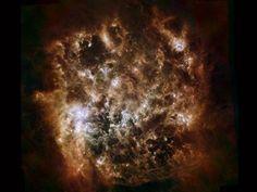 Gran Nube de Magallanes en Infrarrojo, nubes de polvo cósmico en esta imagen infrarroja de la Gran Nube de Magallanes, la galaxia satélite de la Vía Láctea. Las nubes de polvo abarrotan esta galaxia enana vecina de manera similar al polvo que hay a lo largo del plano de la Vía Láctea. Todo indica que hay actividad de formación estelar.