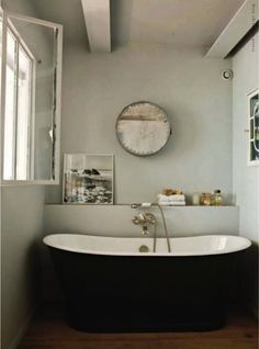 Surowe piękno. Okazuje się, że nawet w niewielkie łazience można sobie pozwolić na… czarną wannę #bathroom #design #interior #amazing #bath #water #sophisticated #beautiful #minimalist