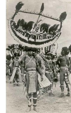 Papoea's : Traditioneel uitgedoste Papoeamannen bij een zeilwedstrijd, waarschijnlijk Solomon eilanden, Nieuw Guinea, 1931.