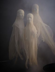 More Scary DIY Outdoor Halloween Decorations -- ghosts from modeling head & cheese cloth Spooky Halloween, Halloween Geist, Halloween Ghost Decorations, Hallowen Ideas, Fete Halloween, Outdoor Halloween, Halloween 2015, Holidays Halloween, Halloween Crafts
