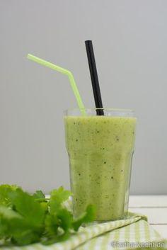 Grüner Smoothie mit Avocado und Kiwi