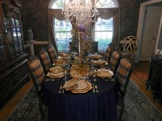 A Perfect Setting: Navy Blue and Gold Setting
