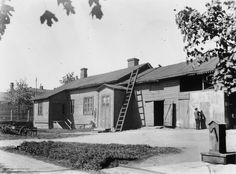Turuntie 5 (= Mannerheimintie 13 ), pihan puolelta.   Brander Signe HKM 1930—1939   Helsingin kaupunginmuseo   negatiivi ja vedos, lasi paperi, mv