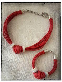 Estos collares que os enseño ahora están hechos con algodón en varios colores pero se pueden hacer en muchos más. En la foto aparece el con...