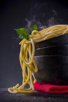 Pasta Overflow – Spaghetti pasta in a black bowl – Lebensmittel Food Menu Design, Food Poster Design, Indian Food Recipes, Italian Recipes, Comida Filipina, Dark Food Photography, Food Wallpaper, Food Backgrounds, Foto Art