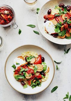 Couscous aux tomates confites, saucisses, olives & herbes fraîches - Trois fois par jour Caprese Salad, Pasta Salad, New Recipes, Healthy Recipes, Confort Food, Rice Grain, Meat Chickens, Sauce, Finger Foods