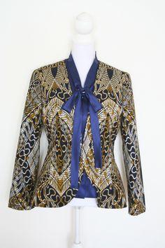 Blazer van Vlisco stof met daaronder een satijnen blouse.