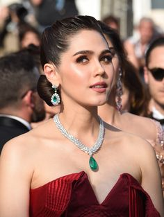 Jewels from a star-studded weekend in Cannes - Araya Hargate wore a deep v neck satin red floor lenth gown, with diamond and emerald necklace and - Bijoux Chopard, High Jewelry, Jewelry Accessories, Cannes 2017, Emerald Necklace, Diamond Necklaces, Gold Necklaces, Diamond Jewelry, Palais Des Festivals