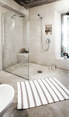 Déco salle de bain avec douche italienne en béton ciré beige