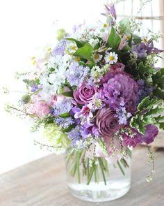 Purple floral arrangement with assorted garden flowers. Love the variety, it all… – 2019 - Floral Decor Fresh Flowers, Purple Flowers, Spring Flowers, Beautiful Flowers, Elegant Flowers, Floral Flowers, Ikebana, Deco Floral, Arte Floral