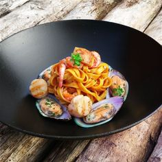 A fancy dish of homemade tagliatelle with seafood, shrimp sauce and scallops in beurre noisette, and flambé with cognac. I decicate this recipe to all the pasta lovers on the world pasta day October). Gourmet Recipes, Beef Recipes, Italian Recipes, Cooking Recipes, Shrimp Sauce Recipes, Pasta Recipes, Jai Faim, Fancy Dishes, Bistro Food