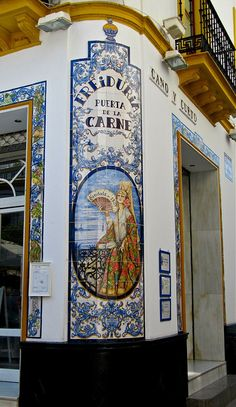 "Indgangen til en af de mest kendte ""freidurías"" i Sevilla, som serverer alverdens slags friteret fisk: La Freiduría Puerta de la Carne. #Sevilla #azulejo #kakkelmaleri"