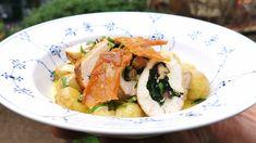 Kyllingebryst fyldt med shiitakesvampe, aspargessauce og nye kartofler - TV 2 Japchae, Turkey, Meat, Chicken, Ethnic Recipes, Mad Tv, Food, Spinach, Turkey Country