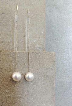 Orecchini in argento e perla realizzati artigianalmente dalla designer Laura Contri