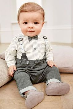 Is your little man the cutest thing around? Increase the 'awww' factor by getting these adorable grey bow tie sets from 0-2yrs