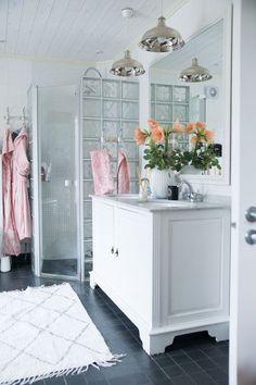 Lantligt badrum Bathroom Vanity, Bathroom, Vanity, Decor, Furniture, Home, Storage, Storage Bench, Home Decor