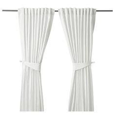 IKEA - BLEKVIVA, Gordijnen met embrasse, 1 paar, , De dichtgeweven gordijnen maken de kamer donkerder en zorgen voor privacy omdat je van buitenaf niet naar binnen kan kijken.Het jacquardweefsel geeft het gordijn een patroon met een enigszins verhoogd reliëf.De gordijnen kunnen aan een gordijnroede of aan een gordijnrail gehangen worden.Met het plooiband kan je eenvoudig plooien maken. Te completeren met de RIKTIG gordijnhaken.Door de blinde lussen kan je het gordijn direct aan een…