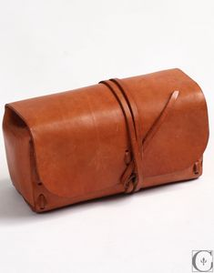Natural Leather Dopp Kit. So simple & perfect. #leather #travel Get it here: http://www.contextclothing.com/item.php?id=1315