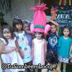 Miren a esta pequeña #Poopy de los #Trolls celebrando su cumpleaños y disfrutando con su #Peluca #fiestastematicas #fiestainfantil #cumpleaños #eventosocial #niñosfelices #envionacional #Caracas #arteengomaespuma #TuSombreroLoco