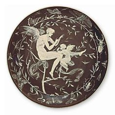 Értékmentők - Gyugyi-gyűjtemény, Zsolnay kiállítás Pécsen Amorettet tanító Ámor A tálon Klein Ármin saját kezű festése látható. Zsolnay Teréz szerint ezen a Klein tálon szerepel először az úgynevezett pate sur pate technika, ami az alapmázra felrakott lágyporcelán figurális díszítéssel. 1880