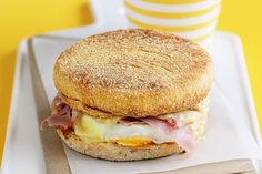 Breakfast egg and ham muffins {kids breakfast}. The kids will love these tasty breakfast muffins filled with ham, eggs and melted cheese. Breakfast Options, Savory Breakfast, Breakfast Recipes, Breakfast Muffins, Dessert Recipes, How To Make Breakfast, Breakfast For Kids, Calories In Sugar, Ham And Eggs