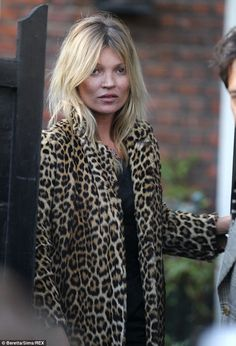 Still a stunner: Kate Moss wears leopard print fur coat as she leaves her home on her birthday Ella Moss, Kate Moss Hair, Gisele Hair, Moss Fashion, Kate Moss Style, Queen Kate, Leopard Print Coat, Leopard Jacket, Corte Y Color