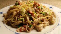 Kok 1/2 pakke spaghetti med salt og olje. Stek en stor kyllingfilet 1-2 pk bacon. Kutt opp 1...
