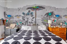 O quarto da designer Ana Strumpf com o papel de parede que ela criou para a marca Branco.