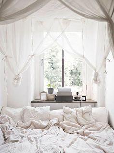 Tras una semana intensa, nos despedimos hasta el lunes con una serie de dormitorios que invitan al relax. Sus textiles, su luminosidad, su ligera y armoniosa decoración..., todo ello hace que sean ...