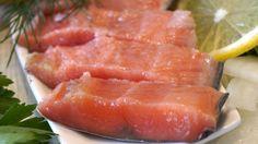 Все, кто хоть один раз пробовал такую вкуснятину, никакую другую рыбу просто не захотят. Результат засолки просто поражает: горбуша сказочно превращается в нежную и сочную семгу. Малосольная горбуша — это нереально вкусно: обязательно попробуйте и удивите гостей.