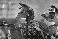 Marc Riboud, Nigéria, 1960. Au Nigéria le grand bal de l'indépendance révèle l'ancestrale élégance des femmes africaines.