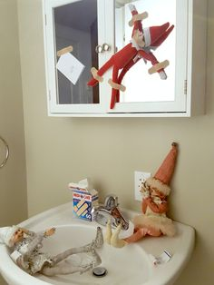 DIY : Comment fabriquer un gnome de Noël ? - Idées conseils et tuto Noël Everything from Elf on the Shelf funny ideas to Elf on the Shelf games that will get the family excited for the holidays — and on their best behavior. Christmas Countdown, Christmas Goodies, Christmas Elf, Christmas Decor, Elf On The Shelf, The Elf, Holiday Fun, Holiday Decor, Christmas Preparation