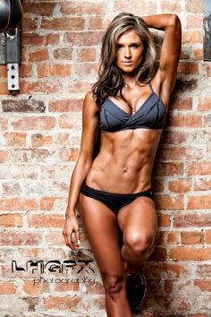Female Form #StrongIsBeautiful #Inspiration #WomenLift2 Caitlyn Bellamy Would LOVE to have this midsection!