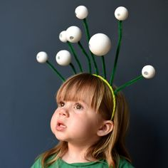 DIY Space alien headband - quick Halloween costume for kids // Marslakó fejdísz pingponglabdákból - űrlény jelmez gyerekeknek // Mindy - craft tutorial collection // Space Theme Costume, Space Party Costumes, Outer Space Costume, Alien Halloween Costume, Halloween Costumes For Kids, Halloween Diy, Costumes For Women, Alien Fancy Dress, Kids Fancy Dress