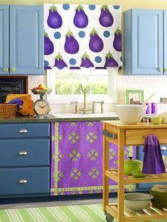 Con algunas instrucciones para coser realizamos una hermosa cortina romana con diseños para colocar en la cocina. Con unas sabanas,acrílicosy pinceles podras hacer la tuya propia.  MATERIALES  Papel Marcador para plantilla de acetato Plantilla de acetato Tijeras Pincel redondo Acríl